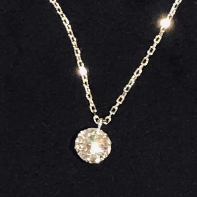 シンプルなダイヤモンドだけが輝くペンダントネックレス